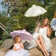 Urocza, starannie wykonana parasolka zdobiona koronką może być ozdobnym dodatkiem do stroju lub osłoną przed niespodziewanym deszczem.