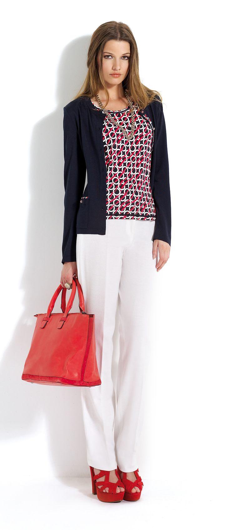 Pantalón blanco con blusa estampada en tonos rojos y negros. Rebeca corta negra.  #trousers #white #black #cardigan