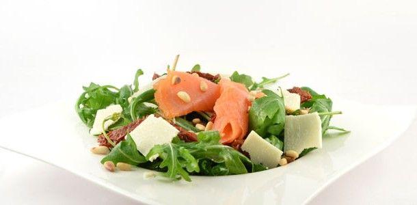 Dit rucolasalade met gerookte zalm recept is zo verrekte snel klaar en natuurlijk is deze salade weer super gezond. Lekker als lunch en als avond maaltijd.