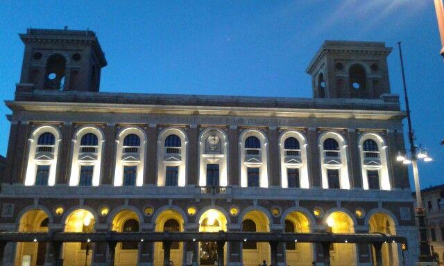 Palazzo delle Poste di sera. Costruzione 1931-1932.