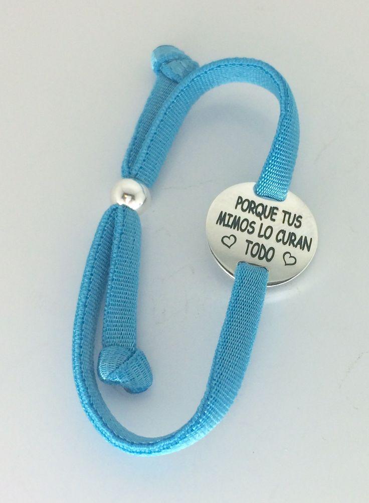 Pulsera GALA con placa redonda de plata de ley y cinta elástica azul con cierre corredor de bola en plata. Regalo grabado personalizado con frase: PORQUE TUS MIMOS LO CURAN <3 TODO <3  #joyasquehablandeti #miplatafina.