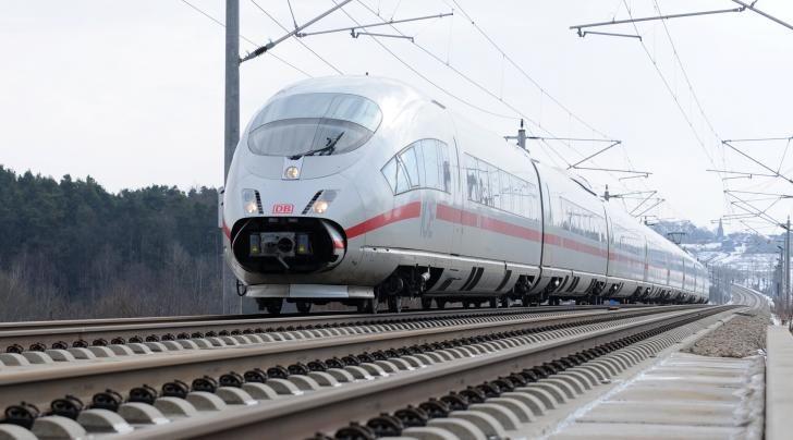 Am Dienstagnachmittag hat eine Zugbegleiterin einen 22-Jährigen in flagranti erwischt. Der junge Mann hatte sich gerade selbst befriedigt. In Fulda musste er aussteigen – einen Fahrschein hatte er übrigens auch nicht.