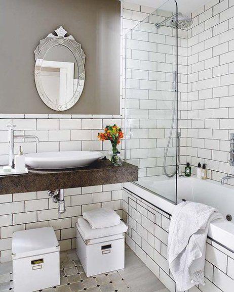 Baño de azulejos blancos con juntas negras