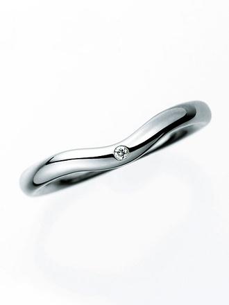 カーブにさりげなくあしらわれた一石のダイヤモンドがスタイリッシュ 「エルサ・ペレッティカーブド バンドリング(2㎜)」[Pt]¥126,000(ティファニー/ティファニー・アンド・カンパニー・ジャパン・インク)