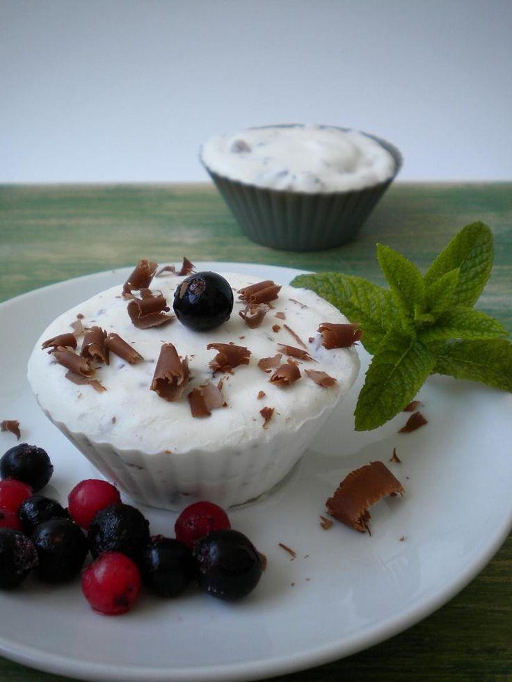 Semi helado de stracciatella  http://lacocinamagicademanu.blogspot.com.es/2013/08/semi-helado-de-stracciatella.html