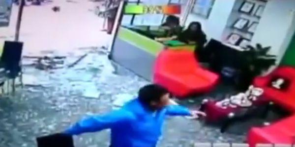 Depois de um motociclista perder o controlo da sua motorizada, no Condado de Taitung na Tailândia, embateu com violência contra a porta de vidro de um hotel, acabando por cair no interior do hotel.Aparentemente, o …