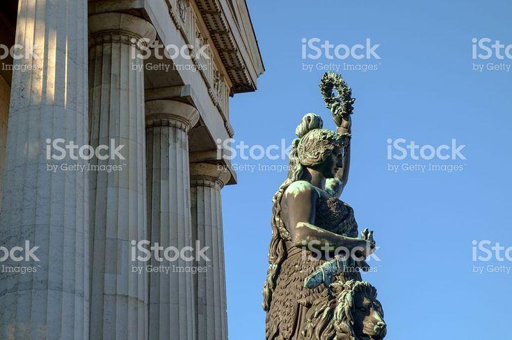 Statue of Bavaria and Feldherrnhalle in Munich – lizenzfreie Stock-Fotografie