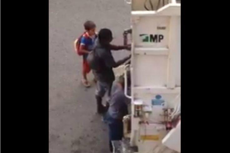 ¡QUÉ DESGRACIA! Mientras Maduro juega con la economía, niños esperan el camión de basura para resolver una comida - http://www.notiexpresscolor.com/2016/12/16/que-desgracia-mientras-maduro-juega-con-la-economia-ninos-esperan-el-camion-de-basura-para-resolver-una-comida/