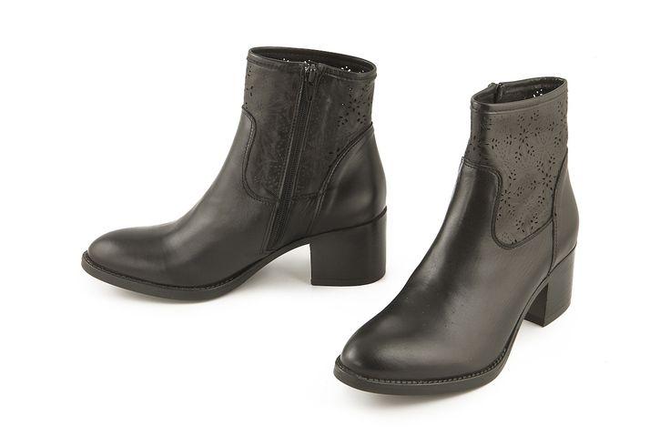 Stivaletto alla caviglia in pelle traforata nero. Black perforated leather ankle boot.