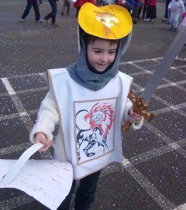 On continue dans les costumes : un beau chevalier