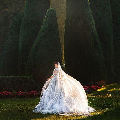 Платье невесты богато смотрится, красивый свет