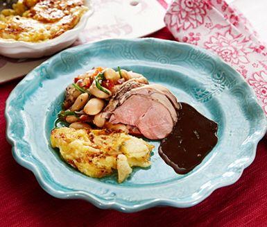 Funderar du på att servera en härlig söndagssteg? Prova detta fantastiska recept där lammsteken serveras tillsammans med en krämig rotsaksgratäng och en smakrik bönragu. I receptet hittar du innertemperaturer för att få köttet så som du vill ha det.