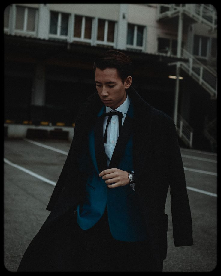 #LIVINGWITHTHELINS DREI - Cartier Party, Familienbesuch und Friendsgiving | The-Lins  Wearing a blue Velvet Topman Smoking Blazer, H&M Man oversized Coat, loose bow tie and Cartier tank watch
