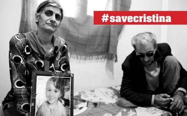 """#SaveCristina: salviamo la piccola di 3 anni rapita dall'Isis Cristina, una bambina di tre anni, è stata rapita dall'Isis, la mamma chiede aiuto alla Rete. """"I miliziani – racconta – avevano intimato a tutti i cristiani di lasciare il villaggio, altrimenti sare #savecristina #isis #terrorismo"""