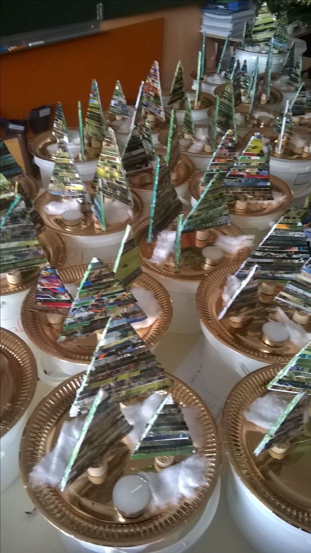 Forêt de sapins pour Noël : base en carton plume, les enfants collent des bandelettes de papier. Sapins passés au vernis colle et collés au pistolet sur une assiette dorée.