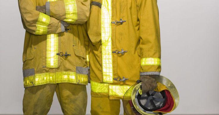 Que materiais os Bombeiros usam?. Combate a incêndios é um trabalho perigoso que exige equipamento e vestuário especializado para garantir que o bombeiro possa fazer o seu trabalho e ficar protegido de ambientes perigosos. Os diferentes tipos de materiais utilizados para a construção de uma roupa de bombeiro são escolhidos por serem resistentes e suportarem altas temperaturas.