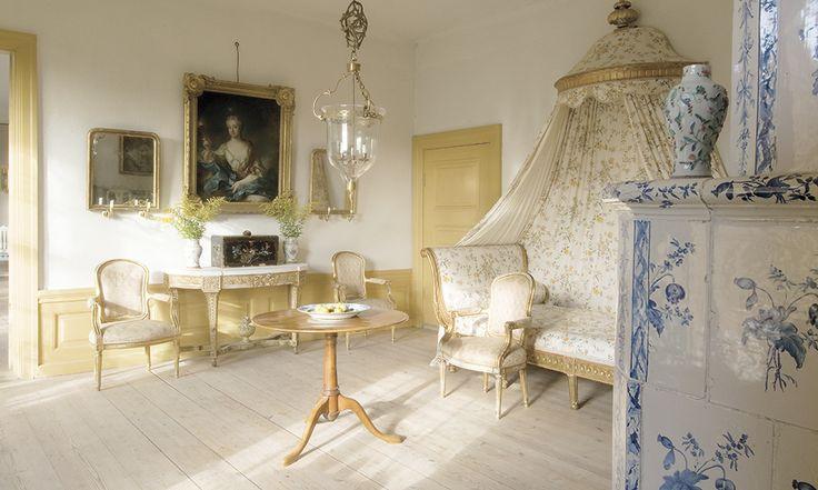 Regnaholm I friherrinnans sängkammare står en gustaviansk himmelssäng som kommer från Ekebyhovs herrgård på Mälaröarna.