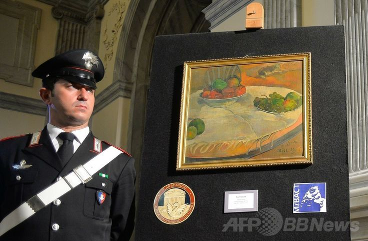 ロンドン(London)で1970年代に盗難に遭ったポール・ゴーギャン(Paul Gauguin)の作品の横に立つイタリアの警官(2014年4月2日撮影)。(c)AFP/ANDREAS SOLARO ▼3Apr2014AFP|伊民家の台所からゴーギャン盗難画、数十億円相当 http://www.afpbb.com/articles/-/3011641 #paintings #Rome #Gauguin