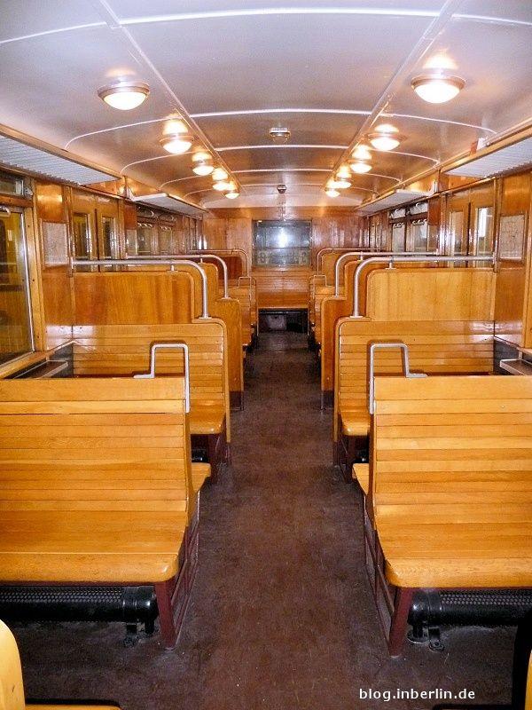 BERLIN, die Bänke in der alten Berliner S-Bahn waren prima - wären es auch heute. Hatten Atmosphäre..
