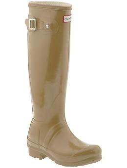 obsessed with this hunter in nude. typically dont like the look of a plain rainboot, but the cafe latte color is so modern. nudes have had such a strong comeback in fashion.