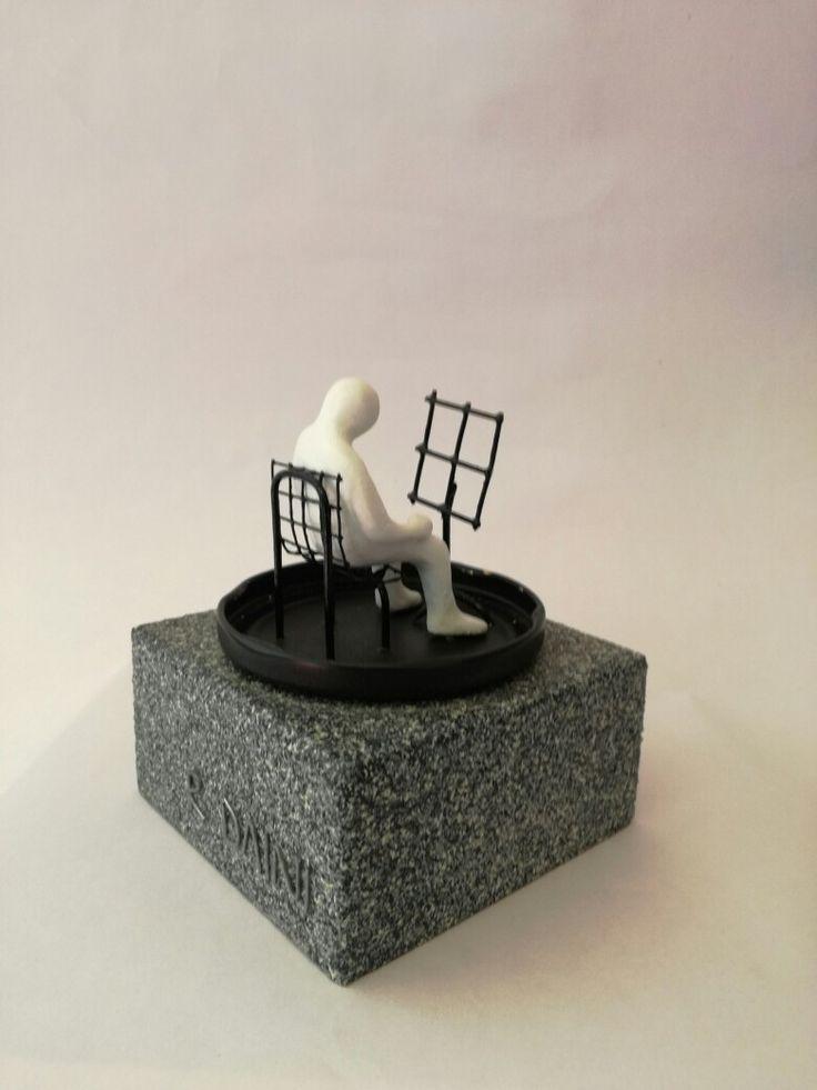"""UNO es como cada uno de nosotros... """"UNO y la música"""". A UNO le gusta la música pero no necesita ninguna partitura. La lleva por dentro. 16,5 cm x 9,5 cm. Edición de 100. 150€. Madera, cristal, metal, resina policromada. #UNO, #arte, #popart, #pocketart, #escultura, #rudydaini. rudydaini.asesoria@gmail.com rdaini.blogspot.com.es rudy.daini.org"""