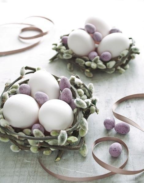 Een leuk idee voor pasen! Knip een tak met katjes eraan en rol hem los op. Gebruik lege echte eieren of decoratieve nep eieren om in de tak te leggen als een nest