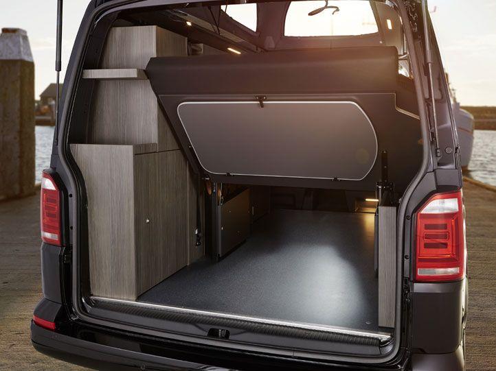 tisch im heck des custom bus camper mit 2er sitzbank. Black Bedroom Furniture Sets. Home Design Ideas