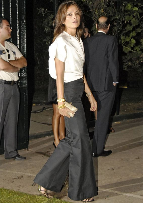 Laura Ponte y sus pantalones pata elefante, muy elegante