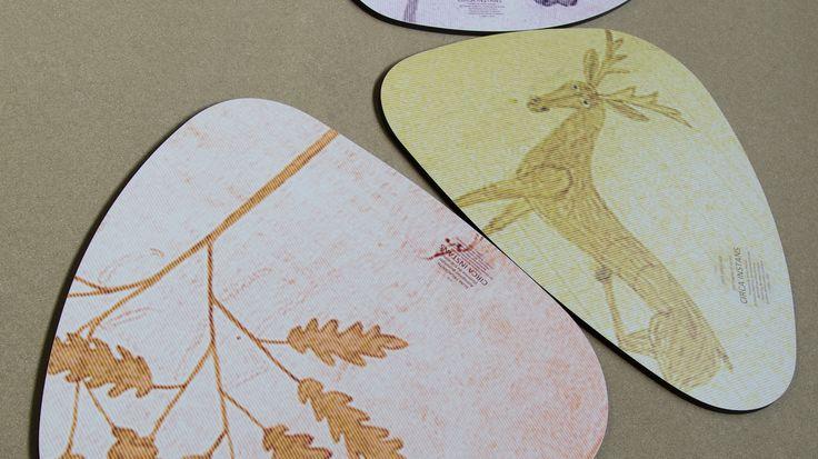 In occasione di Expo 2015, De Rosso ha prodotto i tavolini Plettro, design Franco Zagari, PAN associati, utilizzando per i piani lo Stratificato Print HPL di Abet Laminati in stampa digitale personalizzata.