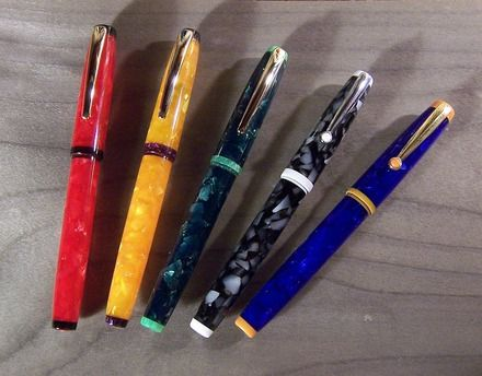 Ces stylos-plume ont été tournés par mes soins, y compris les pas de vis, dans de la résine acrylique. De couleur vive et nacrée, plus ou moins translucide, elle possède une  - 20305722