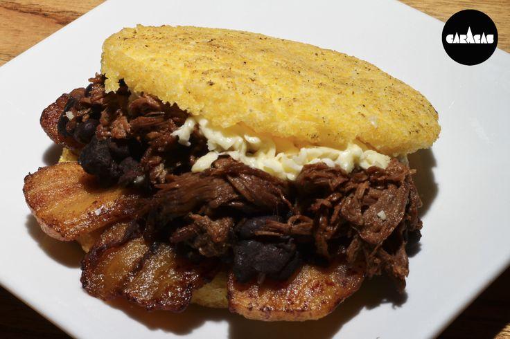AREPA CARACAS DE PABELLÓN:  Carne (des)mechada + plátano frito + porotos negros + queso blanco rallado