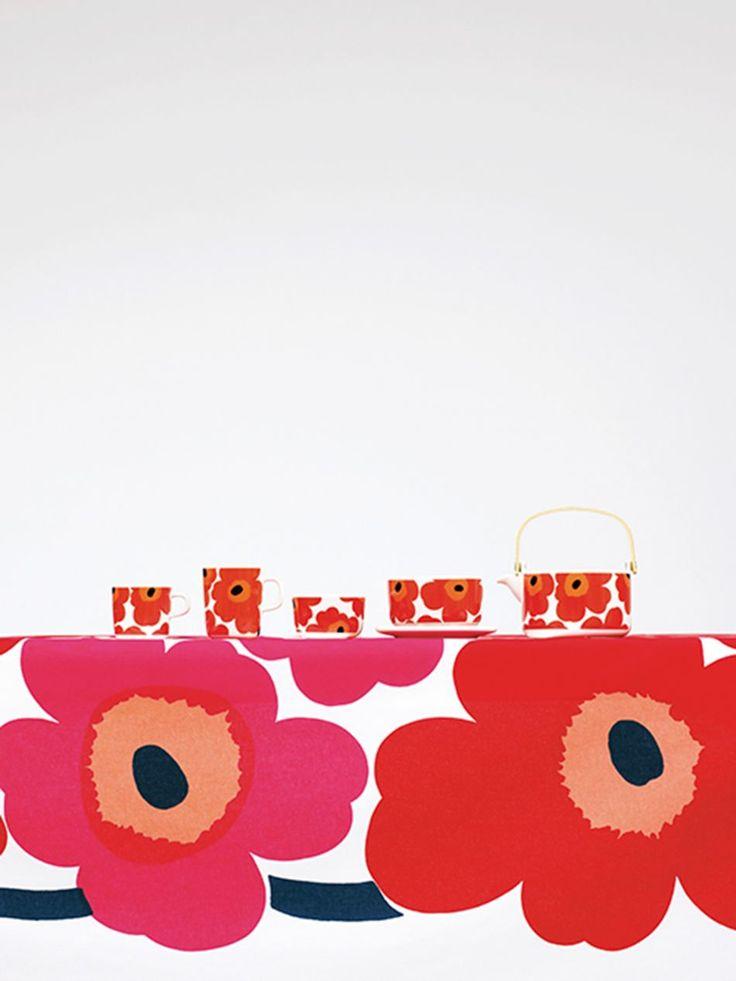 Unikko. Un clásico de Marimekko. Esas flores son un deleite. En rojo me obsesionan. Y aplicadas a todo. Por ahora, y para no rayar, las tengo sólo en cosmetiquero, necessaire y colgadores de llaves. En multicolor en una silla. Podría ponerlo en todo. Igual que lo hace la compañía. Su creadora es Maija Isola, y la historia de por qué lo creo...algo de leyenda. A Chile lo trae Olika, en Alonso.