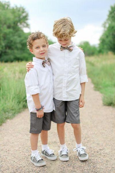 Niños en una boda con pantalones cortos, camisa por fuera del pantalón y pajarita