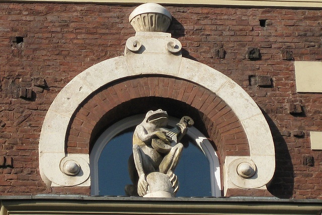 Frog sculpture on building designed by Talowski