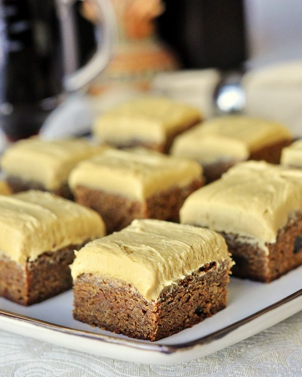 Gingerbread Blondies with Molasses Buttercream Frosting: gingerbread lovers will absolutely flip for these amazing soft and chewy cookie bars. | nirockrecipes.com