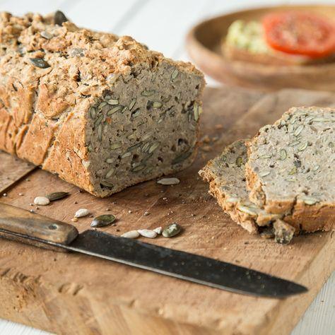 Neben Chia-Samen stecken in diesem glutenfreien Brot Buchweizenmehl, Kürbiskerne und allerhand andere Superfoods. Macht dich fit für den Tag.