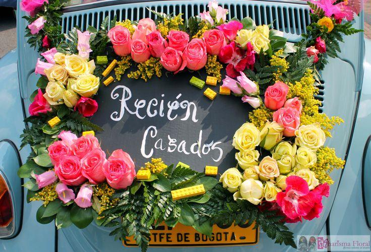 Just married, letrero de recién casados con flores y piezas de lego. Kharisma floral