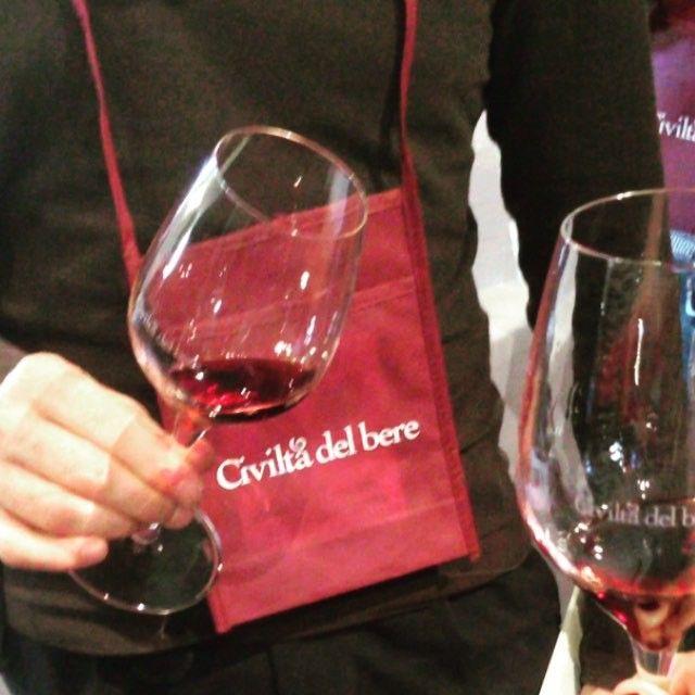 Brindisi tra gli ospiti dell'evento delle Cinque giornate del bere: Vintage - i vini che sfidano il tempo