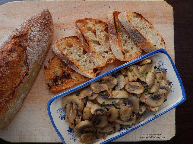 Ciuperci cu cimbru si Marsala.  Fresh thyme and Marsala mushrooms.