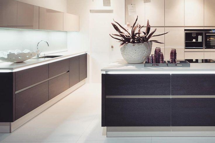 Spośród wielu materiałów na kuchenne blaty coraz chętniej wybieranym jest szkło! Ważne by było ono dobrej jakości - hartowane i odporne na urazy mechaniczne  Taki blat będzie pięknie odbijał światło  spójnie zgra się z całą zabudową i wydobędzie piękno kuchennych urządzeń. Idealne rozwiązanie dla nowoczesnych minimalistycznych ale także industrialnych kuchni. Jesteśmy zdecydowanie na tak! #bogaccypl #kuchnie #nowakuchnia #inspiracja #inspiracje #inspiration #pieknakuchnia #mojakuchnia…