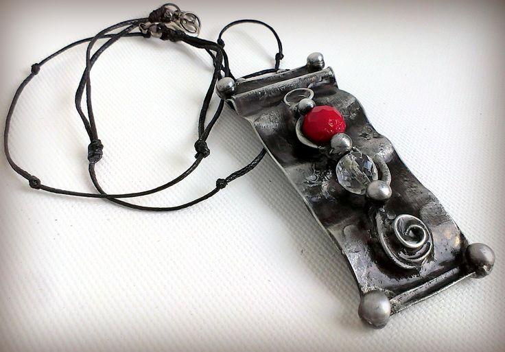 Cínovaný šperk ozdobený broušenými skleněnými korálky z autorské dílny Qtáček
