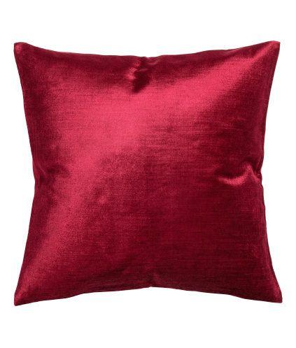 Röd. Ett kuddfodral i sammet av bomull- och viskosblandning. Dold dragkedja.