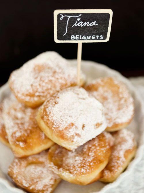 """Dans le Film de Disney, """"La Princesse et la Grenouille"""" Tiana est une jeune serveuse qui rêve d'ouvrir un restaurant. Sa spécialité ? Les beignets ! Et il paraît que ce sont les meilleurs de la Nouvelle Orléans ! Voici la recette des beignets de Tiana, typiquement cajun !"""