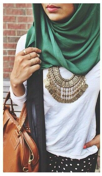 Hijab fashion. Green hijab. Statement necklace. Printed pants. Casual chic.
