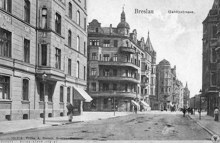Ulica Gajowicka - skrzyżowanie z ul.Szczęśliwą i Zaporoską (Dziś Szczęśliwa kończy się na wysokości ul.Skwierzyńskiej). Widok na północ, w kierunku ob. ulicy Stysia (stanowiącej kiedyś część ulicy Gajowickiej)Lata 1900-1904pierwsza po lewej to Szczęśliwa (dziś nie dochodzi do Gajowickiej), a następna to Zaporoska.