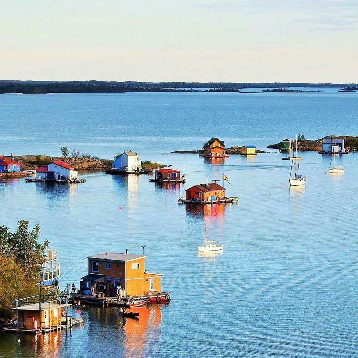 Ces maisons flottantes ajoutent une jolie touche de couleur au décor enchanteur de la baie de Yellowknife, aux abords de la capitale des Territoires du Nord-Ouest. 📷 travelontellus via Instagram