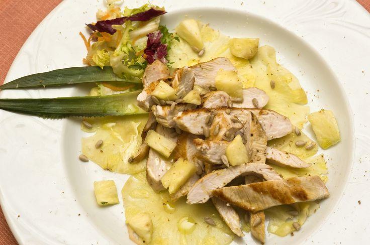 Tagliata di petto di pollo all'ananas, con semi di girasole e polvere di ginger