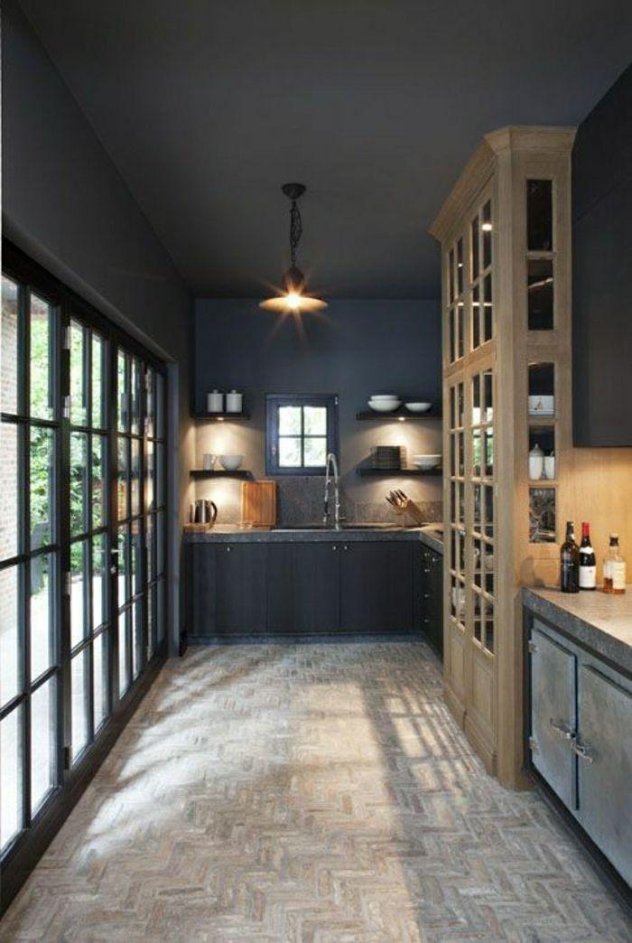 aménagement classique pour la cuisine, plafond noir, ambiance de couleur taupe, meubles en bois