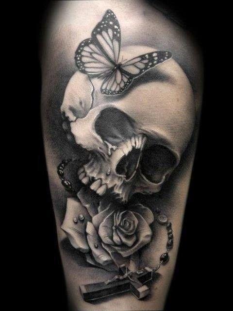 Tatouage tête de mort papillon rose et crucifix