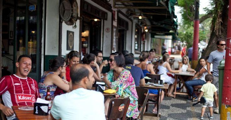 Movimento nos bares da Vila Madalena começam na happy hour e vão até a madrugada. Bairro é o reduto dos boêmios